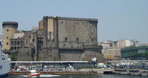 Puerto y Castillo Nuovo en Napoles